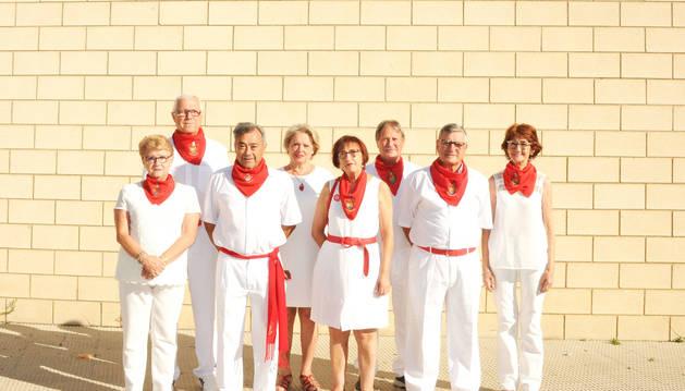 La actual junta posa en la fachada del Club de Jubilados de Caparroso.