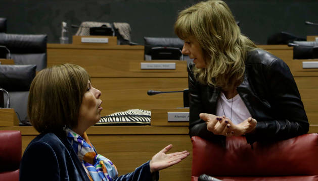 Uxue Barkos y Ana Ollo, el 28 de marzo, en el último pleno parlamentario de la pasada legislatura.