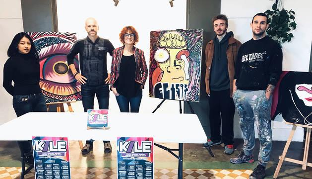 De izq. a dcha: la artista Shaki; Mikel Artxanko, organizador del festival; Katrin Ginea, coordinadora de la Asociación Geltoki Iruña; Wessel Boot, bailarín del centro coreográfico La Faktoría, y Jabi Landa, director artístico del festival, ayer en Geltoki junto a obras realizadas por Shaki.