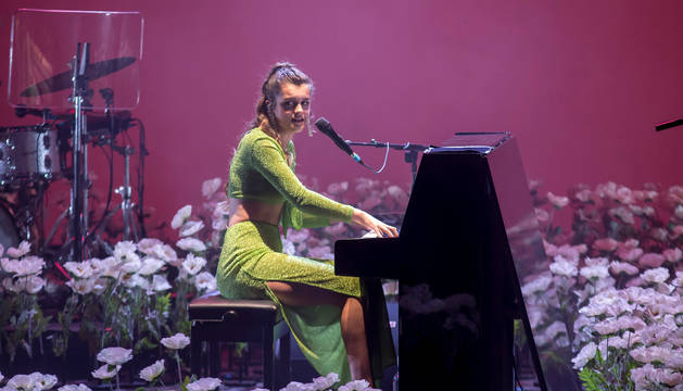Amaia Romero, sentada al piano durante el concierto del sábado en el Baluarte.