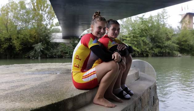 Aida Tirado (izquierda) y June Aldaregia, la pasada semana en el embarcadero del Club Natación.