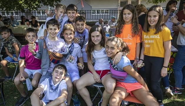Los vecinos de la localidad de la comarca de Pamplona se dieron cita este matres, 8 de octubre, para cumplir con la tradición de comer al fuego de las brasas
