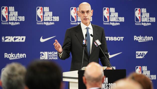 Al alto comisionado de la NBA, Adam Silver, durante su comparecencia en Saitama (Japón).