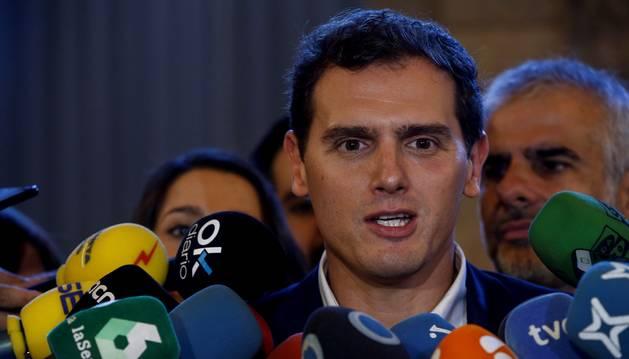 Foto del presidente de Ciudadanos, Albert Rivera atiende a los medios de comunicación.
