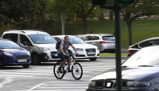Un ciclista se desplaza por la avenida del Ejército, en una imagen tomada esta misma semana.