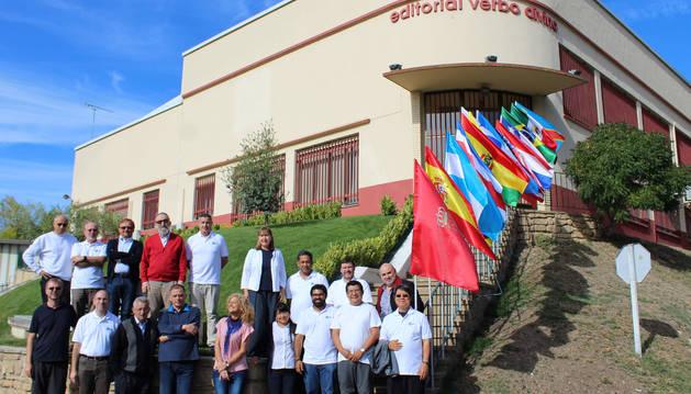 Representantes de los países que cuentan con editoriales asociadas al Verbo Divino posan en la entrada de la sede de Estella.