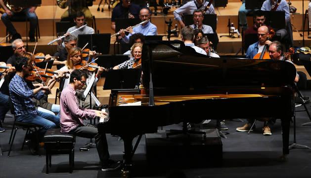 Juan Pérez Floristán, sentado al piano durante el ensayo de ayer junto a la Orquesta Sinfónica de Navarra.