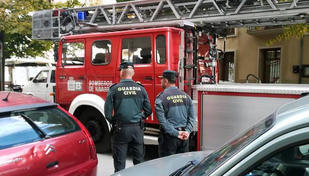 Foto de la Guardia Civil y un camión de bomberos, en el lugar del suceso.