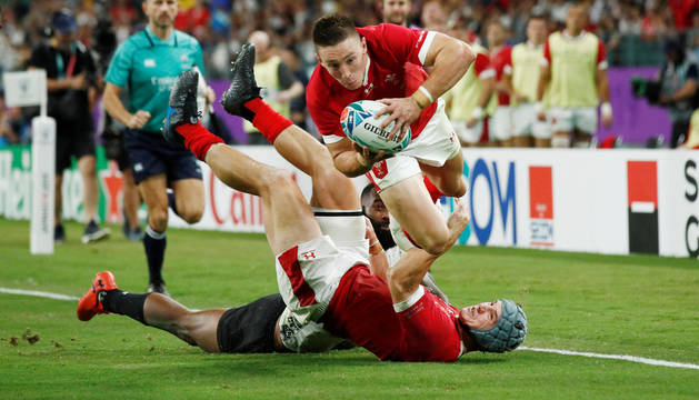 Momento en el Josh Adams anota el tercer ensayo de Gales.