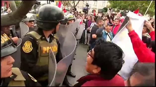 Protestas en Lima contra la decisión del presidente peruano de disolver el Congreso