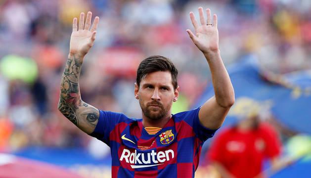 Lionel Messi saluda antes del inicio del Trofeo Gamper de este inicio de temporada 2019-2020.