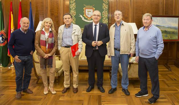 El alcalde Enrique Maya tras la reunión con la Asociación Deportiva Osasuna Veteranos.
