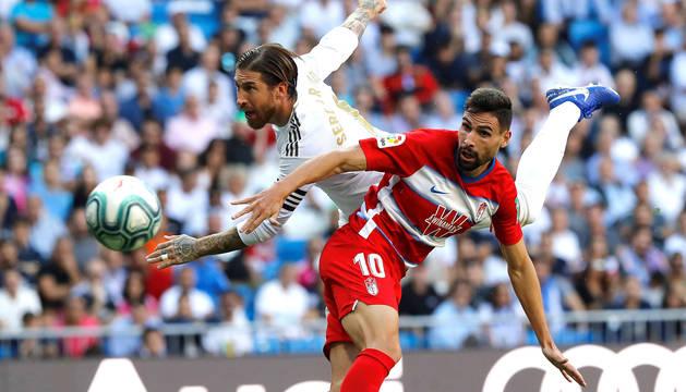 El jugador del Real Madrid Sergio Ramos (i) disputa el balón con Antonio Puertas (d), del Granada.