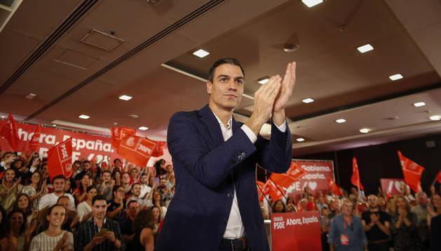 Foto del secretario general del PSOE y presidente del Gobierno en funciones, Pedro Sánchez, participan en un acto público en Granada.