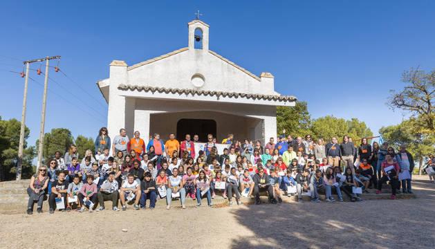 FOTO DE FAMILIA. Los alumnos que participaron en la actividad posaron ante la ermita de Santa Quiteria junto a los trabajadores y usuarios del CRPS Queiles de Tudela, los de los otros tres centros de Navarra, los voluntarios del Club Deportivo Navarra y los de Protección Civil.
