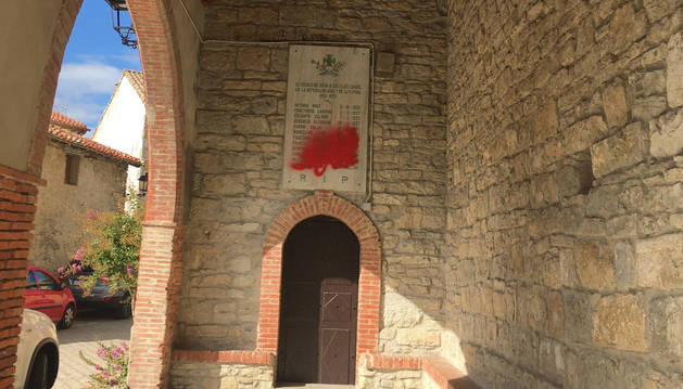 Foto de la placa en el atrio de la iglesia de Ibero.