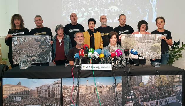 Antxon Ramírez e Izaskun Etxeberria y el resto de familiares de los condenados por la agresión de Alsasua, durante la rueda de prensa de este jueves.