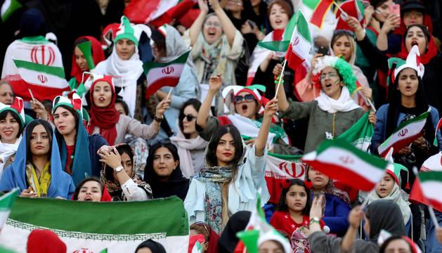 Aficionadas al fútbol iraníes acceden al estadio Azadi por primera vez en la historia.