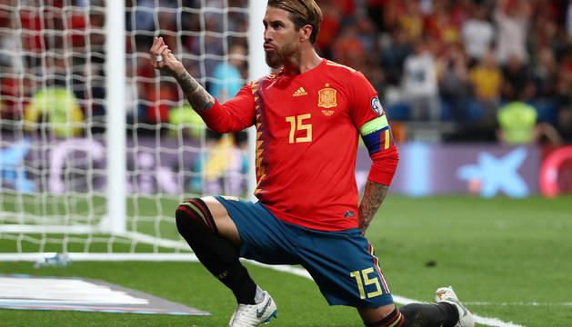 Sergio Ramos celebra un gol ante Suecia en el Santiago Bernabéu.