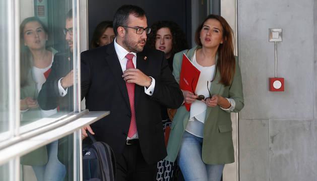 foto de Javier Remírez, su jefa de gabinete, Vera Villafranca, y, tras ellos, Amaia Goñi (Función Pública).