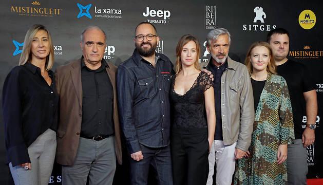 Los actores Francesc Orella (2i), Imanol Arias (51), Marta Etura (4i), el director Fernando González (3i) y los productores Rosa Pérez (i), Adrián Guerra (d) y Núria Valls (6i), en la presentación, en el Festival Internacional de Cine de Sitges, de la película 'Legado en los huesos'.