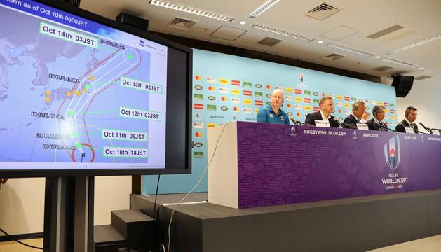 En primer plano, un gráfico del tifón Hagibis; a la derecha, portavoces de la organización del Mundial de Rugby anuncian la cancelación de dos partidos.