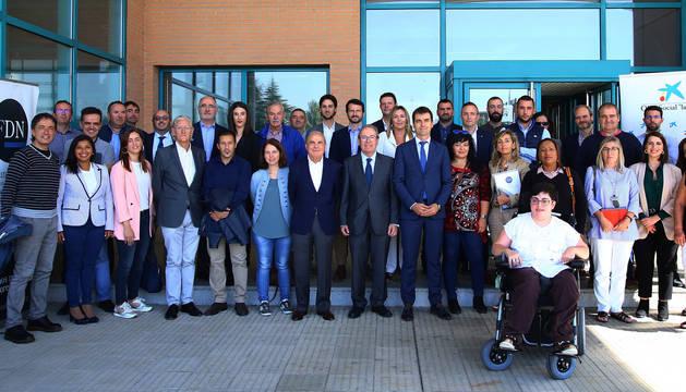 Representantes del grupo La Información, la Obra Social la Caixa, de los ayuntamientos, de  las empresas y de  la entidades beneficiarias de los fondos.