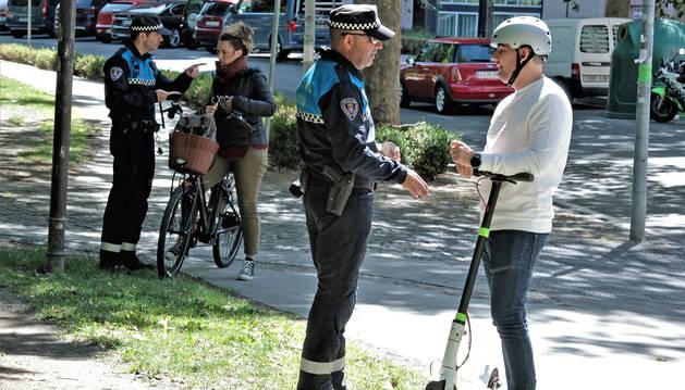 Foto de la Policía Municipal entregando diversos trípticos para aclarar dudas sobre la Ordenanza.
