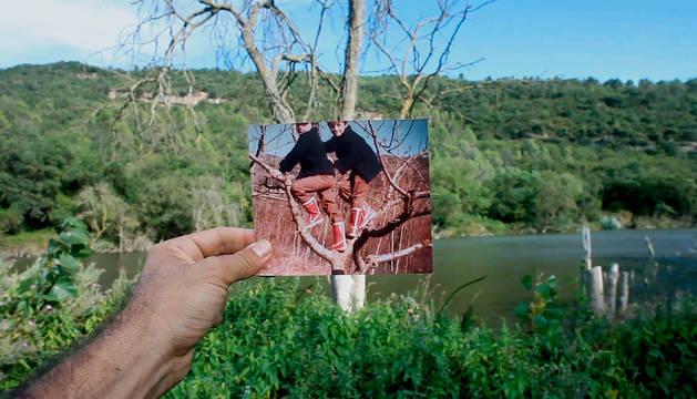 Fotograma en la que la mano de Alegria sostiene una foto de niño en el lugar donde volvió para rodar Zumiriki.
