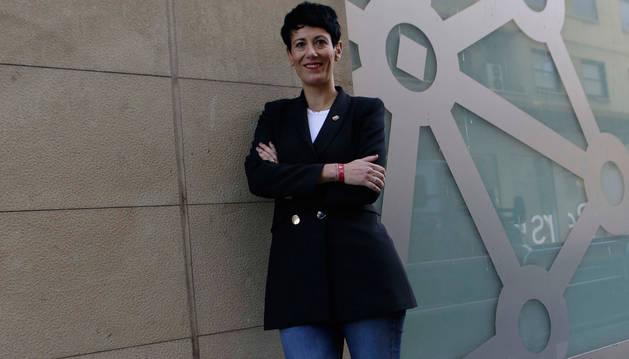 Elma Saiz, a las puertas del Departamento de Economía y Hacienda, en Cortes de Navarra.