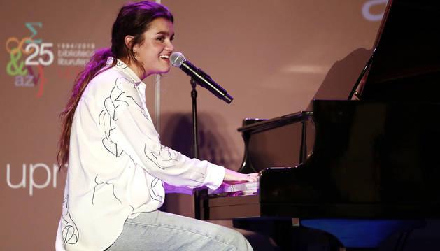 Un momento de la actuación de Amaia este viernes en la Biblioteca de la UPNA.
