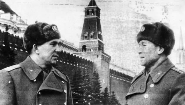foto de Leónov (a la derecha) fue el undécimo cosmonauta soviético y la primera persona en realizar una caminata espacial