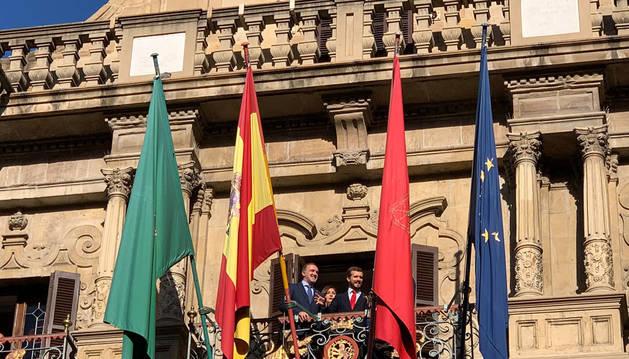 Foto de Pablo Casado, en un balcón del Ayuntamiento de Pamplona.