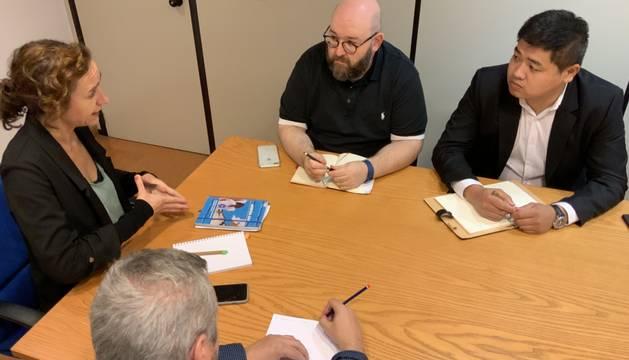 Foto de los representantes del Gobierno de Navarra y de la comunidad china en un momento de la reunión.