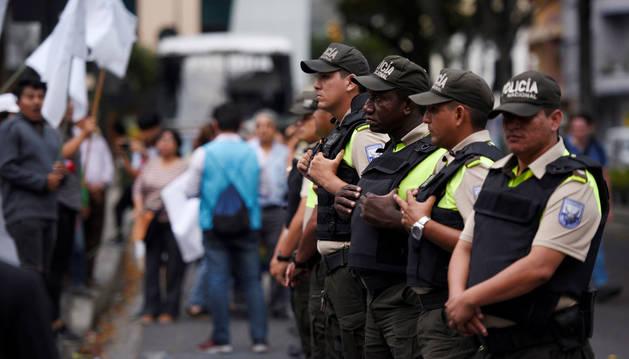 Foto de varios agentes de policía vigilando durante las protestas contra el presidente de Ecuador.