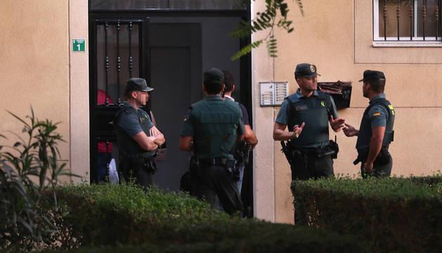 La Guardia Civil registra el domicilio de la mujer de 38 años y nacionalidad española detenida como presunta autora de la muerte de su hijo de siete años edad.