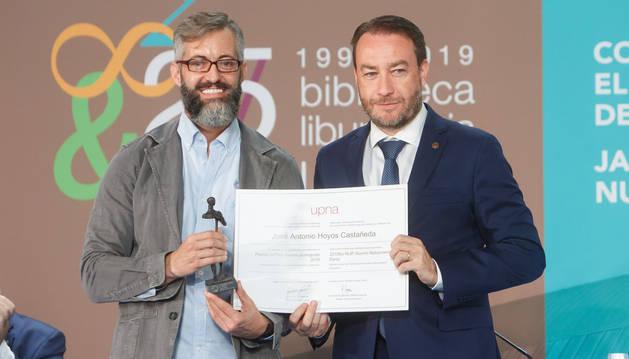 El alumni distinguido, junto con el rector, Ramón Gonzalo.