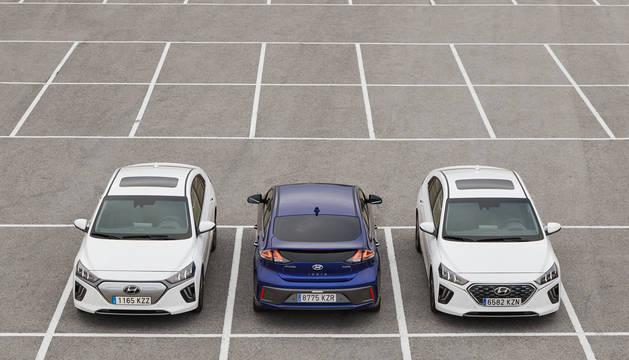 TRIDENTE ELECTRIFICADO. Bajo un mismo modelo surgen tres vehículos con distinto corazón. El primero de la izquierda es el eléctrico puro, que se identifica por la parrilla cerrada del frontal, el híbrido convencional, y el híbrido enchufable, con una nueva parrilla en forma de malla.