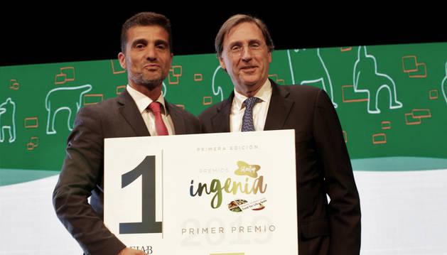 foto de Mariano Oto, director general de Nucaps Nanotechnology, recibe el premio de Tomás Pascual Gómez-Cuétara, presidente de FIAB
