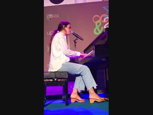 Amaia interpreta al piano 'Nadie podría hacerlo' en la Biblioteca de la UPNA.