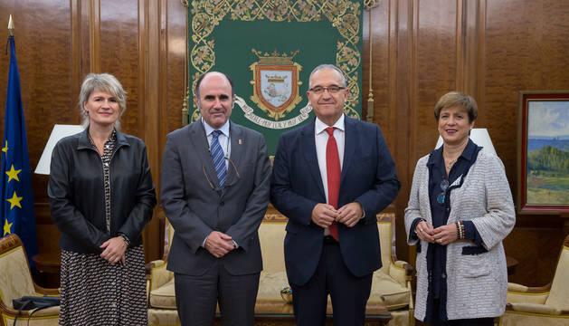 Foto del alcalde de Pamplona y el consejero de Desarrollo Económico y Empresarial este viernes.