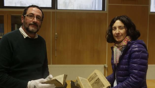 Con dos de las treinta 'joyas' que custodia el Fondo Antiguo de la biblioteca de la UPNA, Federico Soto y Alicia López.