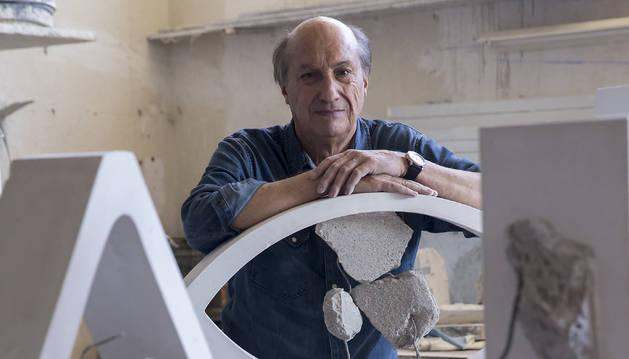 Foto de las distintas esculturas en las que Josetxo Santos ha combinado la escayola con el hormigón y los hierros, en un juego en el que combina la geometría, el espacio y el volumen.