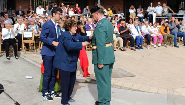 El capitán Luis Sánchez recibe la segunda  condecoración que le impuso ayer su madre, Luisa Choza.