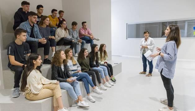 Foto de la alumna Lucía López López expone ante sus compañeros la noticia que previamente eligió. La profesora Mª Jesús Tabar, al fondo.