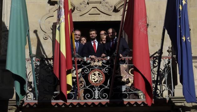 Foto del presidente nacional del PP, Pablo Casado, el pasado viernes en el balcón principal del Ayuntamiento de Pamplona. A su lado, el alcalde Enrique Maya y el líder de UPN, Javier Esparza. Detrás, la regionalista Yolanda Ibáñez y los 'populares' navarros Ana Beltrán y José Suárez.