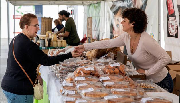 La vendedora de un puesto de pastas artesanas en la Semana del Producto Local de Navarra.