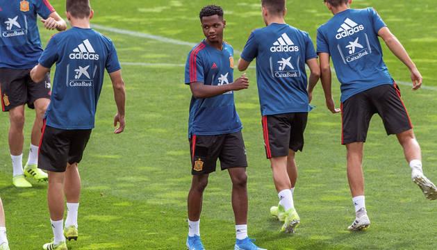 foto de El jugador Ansu Fati realiza su primer entrenamiento con la selección española sub21.