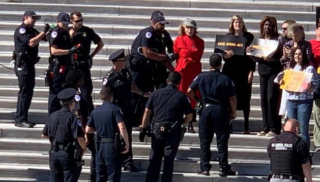 foto de La actriz Jane Fonda fue detenida en las escalinatas del Congreso de Estados Unidos