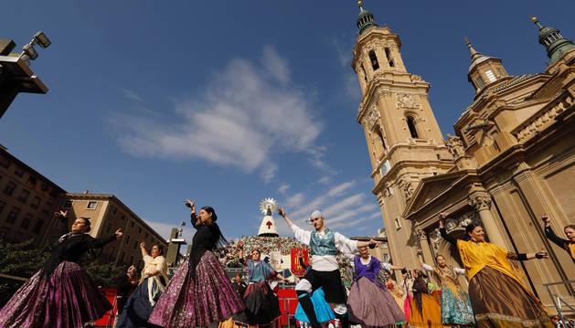foto de Participantes en la ofrenda de flores a la Virgen del Pilar bailan, en Zaragoza